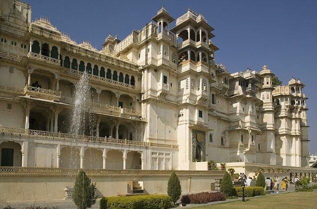 Дворец на озере Пикола в Индии