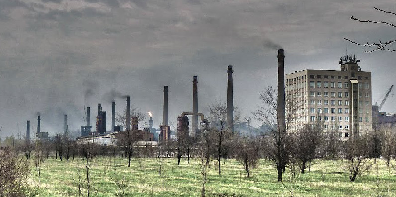 Авдеевский коксохим на окраине города (фото 2012 года)