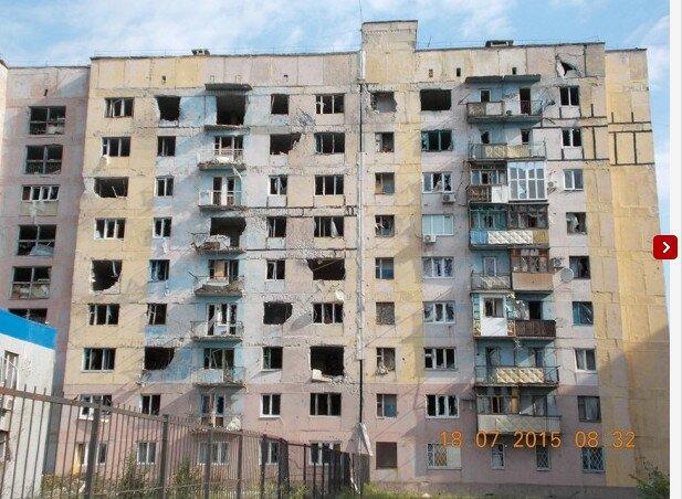 Последствия обстрела жилого дома на окраине украинской Авдеевки