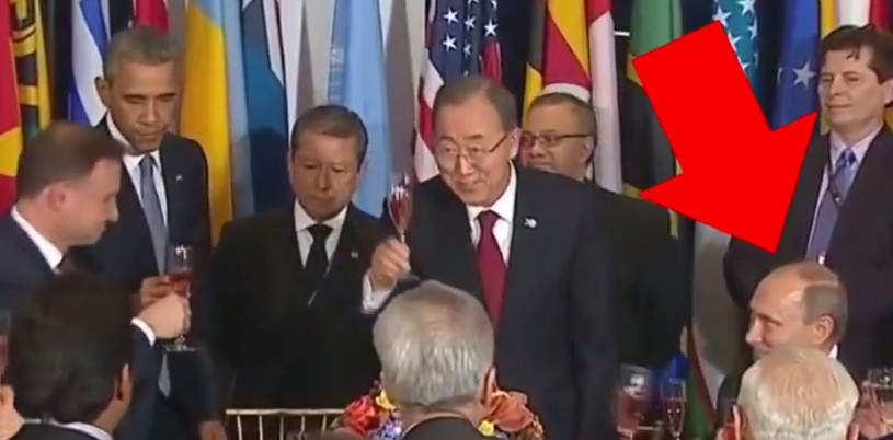 Владимир Путин с бокалом шампанского и Барак Обама