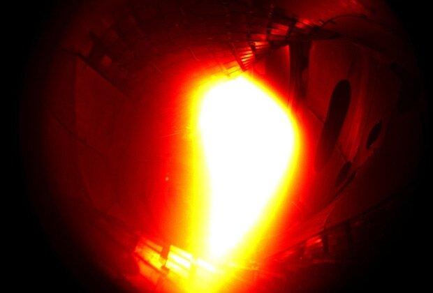 Плазма с термоядерной реакцией в вакуумной камере реактора