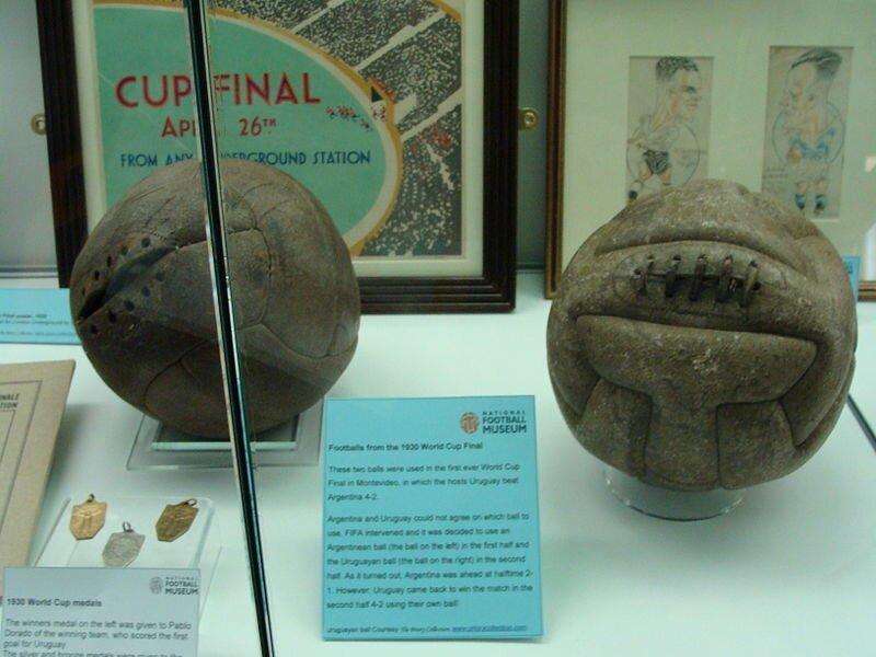 Мячи финального матча ЧМ-1930. Слева — аргентинский, справа — уругвайский мяч.