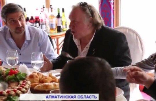 """Фото: Депардье в Казахстане во время посещения ресторана """"АлмаСай"""", апрель 2016г."""