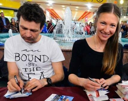 Фото: Уле Эйнар Бьорндален и Домрачева на автограф-сессии