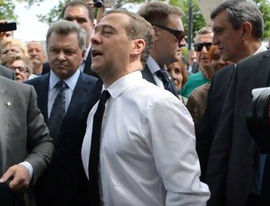 """Медведев в Крыму: """"Вы держитесь здоровья вам, хорошего настроения"""""""
