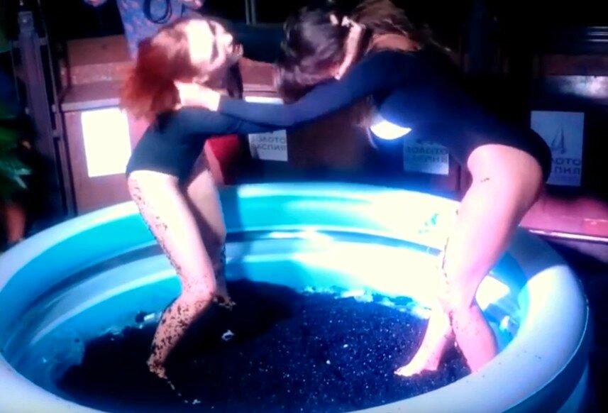 700-летие рубля - купание девушек в бассейне с черной икрой