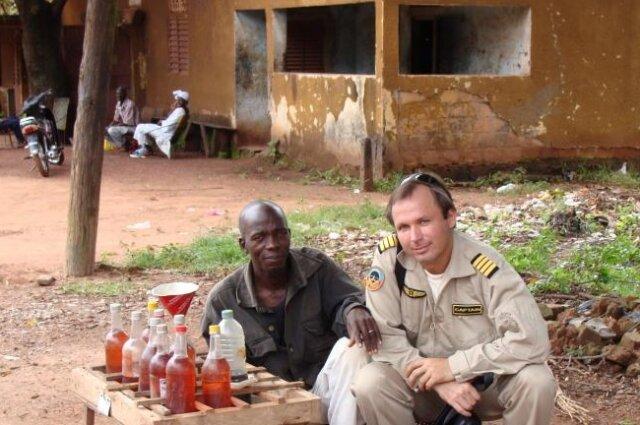 Летчик Ярошенко во время одной из поездок в Африку