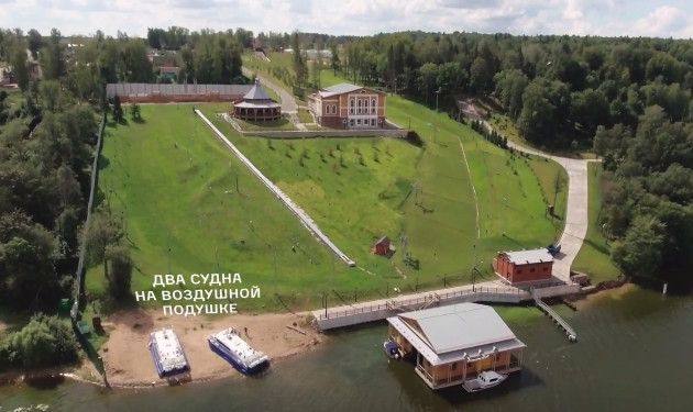Фото: причал и гостевой дом в резиденции Дмитрия Медведева