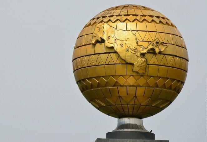 Памятник глобус с Узбекистаном в Ташкенте