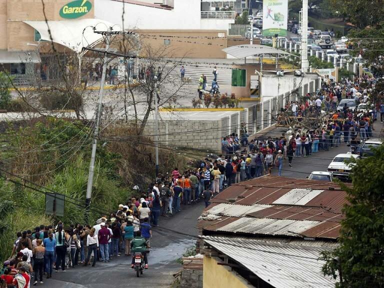 Венесуэла: очередь за туалетной бумагой